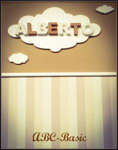 Hoy un DIY muy sencillo y bonito,  ideal para el cuarto de los niñ@s, nube de corcho con letras 3D, pintadas con acrílico a 2 colores y con lunares. Papel pintado catálogo ABC-Basic.