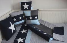 Set babykamer grijs - donkerblauw - lichtblauw. Lampenkap, kussens, aankleedkussenhoes, dekbedovertrek.