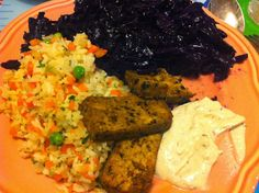 Auch Petzis gebratener Oliventofu mit Gemüsereis und Hummus wird von Rotkohl begleitet.