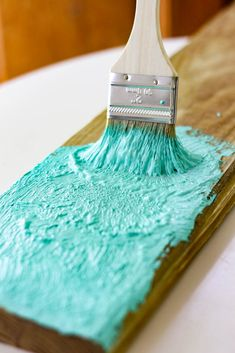 Create a Salt Paint Finish for that Beach Washed Feel Love the look of beach cottage furniture, perfectly washed by the sea and the sun? Get the look with this easy recipe for DIY salt paint - you can make it in minutes! Salt Painting, Crackle Painting, Diy Painting, Painting On Wood, Nautical Painting, Distressed Painting, Cottage Furniture, Paint Furniture, Furniture Makeover