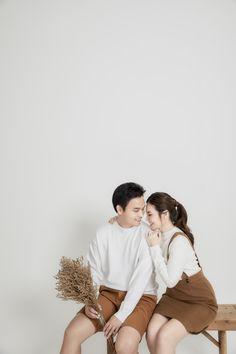 Creative Couples Photography, Korean Wedding Photography, Wedding Couple Poses Photography, Pre Wedding Shoot Ideas, Pre Wedding Poses, Pre Wedding Photoshoot, Prenup Photos Ideas, Korean Couple Photoshoot, Photoshoot Concept