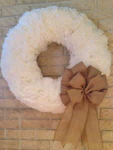 DYI Christmas Wreath made from Coffee Filters Christmas Jars, Baby Christmas Gifts, Christmas Store, Christmas Wreaths, Christmas Decorations, Xmas, Coffee Filter Wreath, Coffee Filter Crafts, Coffee Filters