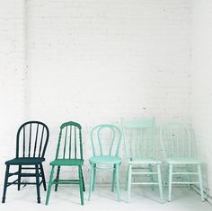 33 Reasons To DIY Painted Kitchen Chairs - El Balcón de Marisol - Chair Design Painted Chairs, Painted Furniture, Diy Furniture, Wooden Chairs, Kitchen Chairs Painted, Blue Kitchen Tables, White Kitchen Chairs, Painted Tables, Decoupage Furniture