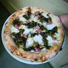 @menomale  Saciccia e friarielli #menomale #menomalemadrid #condeduquegente #malasaña #pizza #pizzaartesanal #pizzalover #pizzaparty #pizzaparallevar #saciccia #friaielli #sausage #salsiccia  #yummy #yum #cucinaitaliana #merendaitaliana #friarielliesalsiccia  Comparte tus momentos #condeduquegente con nosotros.