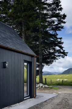 Loader Monteith Architects Glasgow Wood Cladding Exterior, Black Cladding, House Cladding, Timber Cladding, Wood Facade, Cladding Ideas, Stone Cladding, Timber Cabin, Timber House