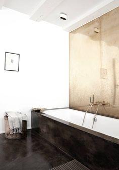 5. VÅGESTYKKE: Det å velge kobber som vegg bak badekaret er vågalt, men eierne av dette badet vet tydeligvis hva de holder på med. Kobber er et levende materiale, som får en interessant overflate når det kommer i kontakt med vann. Sammen med et badekar og gulv dekket av betong og epoxy, får du et bad du neppe har lyst til å forlate med det første.