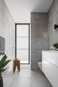 Preston House Is a Light-Filled, Indoor/Outdoor Residence in Sydney, Australia - Design Milk Minimalist Baths, Minimalist Home, Contemporary Interior Design, Interior Design Studio, Modern Contemporary, Modern Design, Modern Architecture House, Interior Architecture, Preston