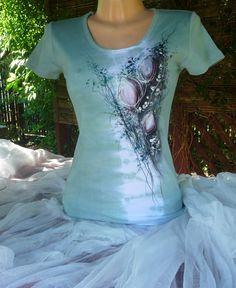 """Malované tričko """"poupata orchidee""""( M) Ručně malované dámské triko skrátkým rukávem. Kulatývýstřih 210g/m2 100% česaná bavlna, interlock. Výrobce trika Lambeste Vel. M. Barva : zeleno-růžová batika Barvy na textil jsou zafixovány. Praní na 30° Míry: Obvod hrudníku: 85cm( v klidu) délka: 63cm."""