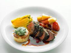 Örtstekt älgfilé med örtsmör, potatispuff och glaserade rotfrukter