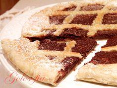 Crostata di sfoglia alla nutella e ricotta, una torta composta da due rotoli di pasta sfoglia racchiusi da un cuore goloso