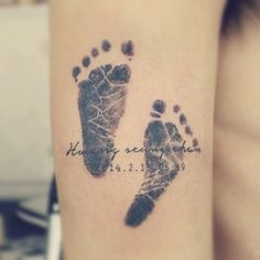 tatuajes de huellas de bebe con nombre