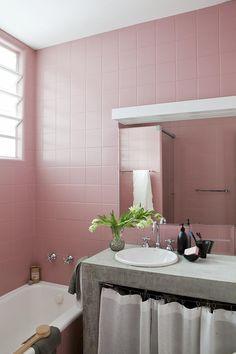 banheiro com azulejos rosa
