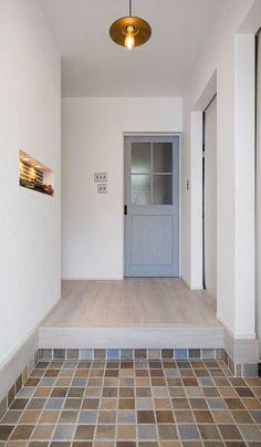 外観の雰囲気に合わせて、玄関の床には小さめの可愛いタイルを採用。ニッチにはレンガを貼り、ディスプレイされた小物をライトアップできるよう照明を設置しました。
