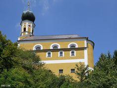Ehemaliger Kultplatz mit Schlupfstein an der St. Petrus Kirche in Marienstein (Bayerischer Wald).  In dem kleinen Ort Marienstein (bei Falkenstein) im Bayerischen Wald gibt es eine kleine Kirche mit Schlupfstein auch Trias Kirche genannt. Man erreicht die dem Heiligen Petrus geweihte Kirche über den alten Prozessionsweg der vorbei an gewaltigen Felsen wie auch dem Riesentisch hinauf führt. Ganz oben auf dem steilen Berg steht die Kirche neben dem Eingang ist der Schlupf zu sehen.  Der…