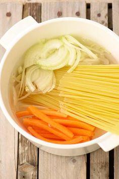 Voici 5 bonnes raisons de succomber à la nouvelle mode chez les foodistas : le « one pot pasta ». Les pâtes cuisent directement dans la sauce !