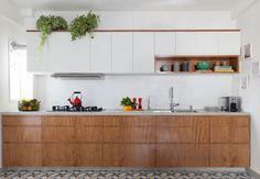 Cozinha com bancada de concreto com largura de 3,80m :). com cuba dupla, cooktop e torneira. Marcenaria com gabinete inferior em folha de natural de freijo e superior em formica branca. #bancadadeconcreto #reformadeapartamento #INAarquitetura