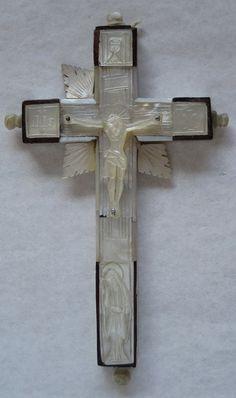 Crucifijo de Tierra Santa, con madera de olivo y planchas de nácar, trabajado a mano. A los pies, la Dolorosa de cuerpo entero.