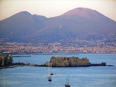 Gulf of Naples & Vesuvio Golfo di Napoli e il Vesuvio!!! buongiorno!! #pompeii #vesuvius #vesuvio #faunopompei #travel #italy #napoli #volcano #night #mountvesuvius #pompei #mountain #excursions #travel #italy #naples #bay #sunrise #sky