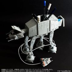 The AT-AT Multi Stand is a tall, highly detailed and poseable desk caddy that comes with a cable organizer that wraps the cable around its legs. Star Wars Room, Star Wars Decor, Desk Caddy, Star Wars Merchandise, War Film, Birthday Gifts For Girlfriend, 3d Prints, Disney Star Wars, Toys Shop