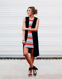 Aleatórios fashion: listras coloridas. Bodycon estampado, colete preto, sandália de duas tiras
