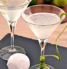 Lemon Drop Martini (vodka, triple sec, margarita mix, sugar, lemon juice) Lemon Drop Cocktail, Lemon Drop Martini, Vodka Based Cocktails, Cocktail Drinks, Martini Recipes, Drinks Alcohol Recipes, Cosmopolitan Cocktail Recipes, Elderflower Martini, Daiquiri