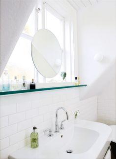 Beställ hos glasmästaren en måttanpassad glashylla och sätt i nisch eller låt löpa från vägg till vägg.