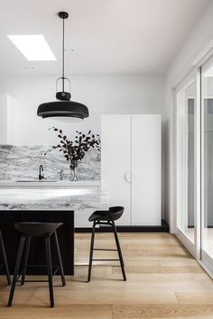 Home Interior Contemporary Black and white interior design.Home Interior Contemporary Black and white interior design Black And White Interior, White Interior Design, Home Interior, Interior Design Kitchen, Interior Design Inspiration, Interior Decorating, Black White, White House Interior, Interior Colors