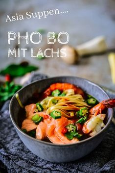 """Pho Bo Rezept: """"Thơm ngon"""" ist vietnamesisch und bedeutet """"köstlich"""". Und auf die Nudelsuppe Pho Bo, eine vietnamesische Nudelsuppe bis an den Suppenschüsselrand gefüllt mit wunderbar würzigen Aromen, trifft das absolut zu! Das ist Soulfood vom allerfeinsten."""