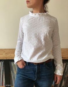 Une Blouse en Broderie Anglaise... (Patron Maison) par m Gg++ Kids Wear, Lana, Sewing Ideas, Sewing Projects, Ideas Para, Turtle Neck, Trapillo, Broderie Anglaise, Tunic Blouse