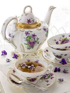 Beautiful violet chintz vhins tea set at tea time Dresser La Table, Tee Set, Teapots And Cups, Teacups, Cuppa Tea, Tea Service, My Cup Of Tea, Coffee Set, Coffee Break