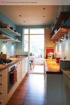7 Clever Design Ideas for a Small Kitchen - Love Chic Living Apartment Kitchen, Home Decor Kitchen, Kitchen Interior, New Kitchen, Home Kitchens, Kitchen Dining, Warm Kitchen, Compact Kitchen, Dining Table
