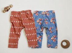 DIY-Anleitung: Baby-Leggings aus Lieblingsstoff selber nähen / tutorial: sewing baby leggins via DaWanda.com