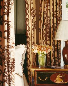 Richard Keith Langham, designer always line drapes with contrasting material Beautiful Bedrooms, Beautiful Interiors, Woodlands Cottage, Happy Room, Brown Interior, Great Backgrounds, Fine Linens, Fabric Wallpaper, Bedroom Colors