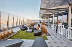 The L'Oréal office in New York has an in-house nail salon, a consumer beauty lab, a cafeteria, and an outdoor terrace. Roof Terrace Design, Rooftop Design, Terraced House, Rooftop Garden, Rooftop Terrace, San Myshuno, Green Terrace, Small Terrace, New York Office