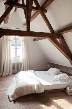 Une chambre nichée sous les toits.