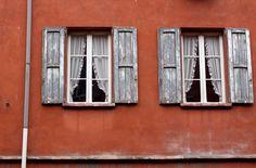 Città rossa, finestre rosse.