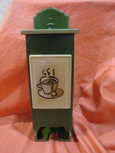 Caja para saquitos de té, café, mate cocido; para apoyar o  colgar de la pared. De diversos colores y diseños diferentes.