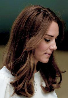 Kate Middleton, le prince William et le prince Harry faisaient équipe pour le lancement de leur campagne Heads Together de sensibilisation sur la santé mentale le 16 mai 2016 au parc olympique Elizabeth à Londres. Chemise : Goat Jupe : Banana Republic