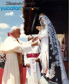 El Papa coronó como Reina y Patrona de Yucatán a Nuestra Señora de Izamal y le entregó como regalo un rosario de perlas.