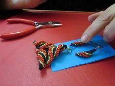 PRIMERA PARTE PENDIENTE GUSANO - YouTube Seed Bead Patterns, Jewelry Patterns, Beading Patterns, Beading Techniques, Beading Tutorials, Handmade Beaded Jewelry, Seed Bead Jewelry, Beads And Wire, Bead Weaving