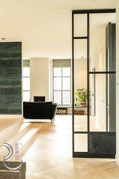 Wie deze bijzondere woning in Abcoude binnenstapt, kan er niet omheen; het unieke lijnenspel met zowel glazen als lederen panelen maakt van deze deur een echte eyecatcher. #stalendeuren #lederenpanelen