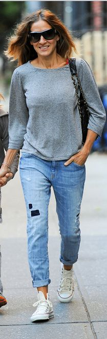 Best How To Wear Boyfriend Jeans With Converse Shops Ideas How To Wear White Converse, Outfits With Converse, Skinny Jeans Converse, Converse Chuck, Converse High, Ripped Jeans, Boyfriend Jeans, Patched Jeans, Denim