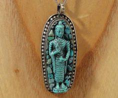 Zeer mooie Boeddha hanger van Tibetaans zilver uit Nepal. Deze grote hanger is ingelegd met echte turquoise steentjes. De Boeddha is van polystone, een soort kunsthars.
