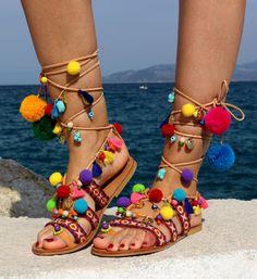 Cumplir con la sandalia de Maldivas: un cordón de pompones de piel natural, borlas de Gladiador que es completamente... encantador. Estilo gladiador