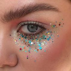 Unfortunately, eyeshadow may be one of the toughest makeup products to use and master. Cut crease eyeshadow is among the current key eye makeup trends. Makeup Trends, Makeup Inspo, Makeup Inspiration, Beauty Trends, Fun Makeup, Glitter Face Makeup, Glitter Eyeliner, Prom Makeup Looks, Fall Makeup Looks