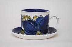 Stor blå kopp med asjett