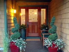 One way to beautify the entrance of your home is to place some flower pots close to the door. Here are several front door flower pots to inspire you. Best Front Doors, Front Door Entrance, Front Entrances, Door Entryway, Front Entry, Small Entrance, Front Porch Flowers, Front Door Planters, Welcome Flowers