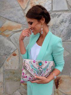 paula echevarria de comunión con traje color #mint , maxi #clutch tipo carpeta con pedrería y #peinado con trenza.