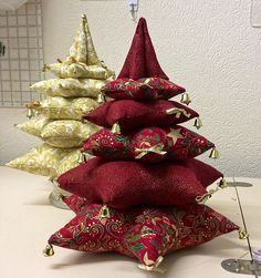Patchwork Navidad Ideas Manualidades New Ideas Fabric Christmas Decorations, Fabric Christmas Trees, Hanging Christmas Tree, Fabric Ornaments, Christmas Makes, Xmas Ornaments, Felt Christmas, Christmas Wreaths, Red And Gold Christmas Tree
