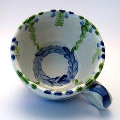 Tassen & Häferl der Familie VertBleu! Die Grün-Blaue Designfamilie von Unikat-Keramik. Das wohl einzigartigste Keramik Geschirr der Welt! Serving Bowls, Tableware, Unique, Design, Blue Green, Tablewares, World, Dinnerware